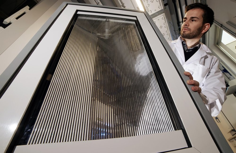 A prototype of the innovative smart windows for controlled shading and solar thermal energy harvesting is presented by PhD student Benjamin Heiz from the research group of Lothar Wondraczek