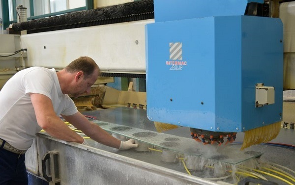 The CNC machines in the grinding shop are controlled with intelligent interfaces such as A+W CAM-DXF