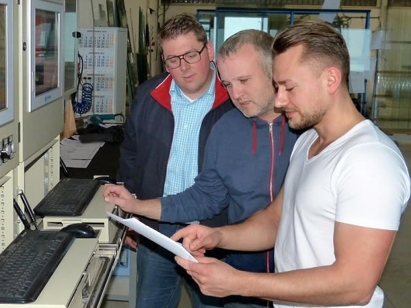 Coordination in the TG production: Managing Director Thomas Pinnekamp with the head of IT and the furn-ace operator (from left).