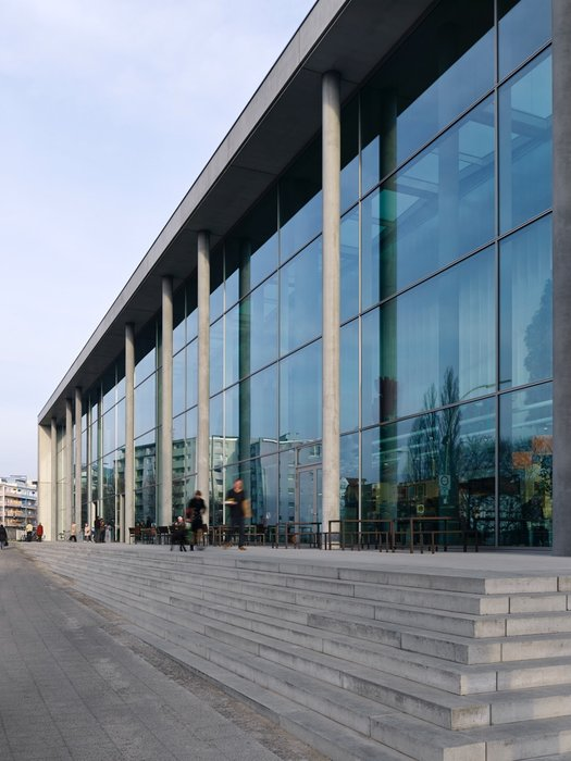 Bright spaces with a high-quality atmosphere can be planned using SILVERSTAR COMBI façade glass from Glas Trösch.