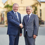 Managing Director Alois Lechner (on the right) is leaving Roto Frank Austria GmbH. His successor, Head of Production Christian Lazarevic, comes from the company's own ranks.