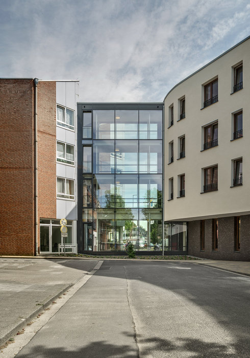 From the ground floor to the third floor, the existing building (left) and the newbuild are connected to one another by a glass link (Schüco FW 50+ façade system with Schüco AWS 75 insert units).