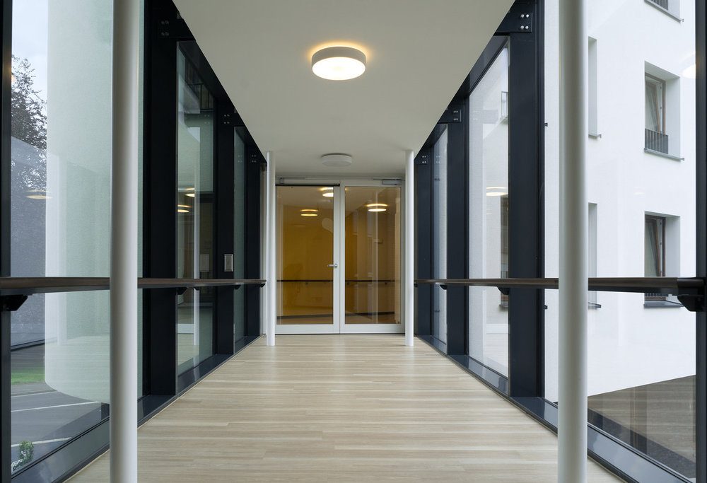 The access doors to the glass link connecting the existing building and the newbuild are safeguarded with EI30 fire protection barriers from the Schüco ADS 80 FR30 system.